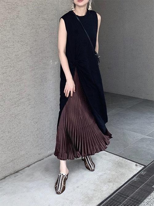 黒スリットワンピ × サテンプリーツスカート × サンダル