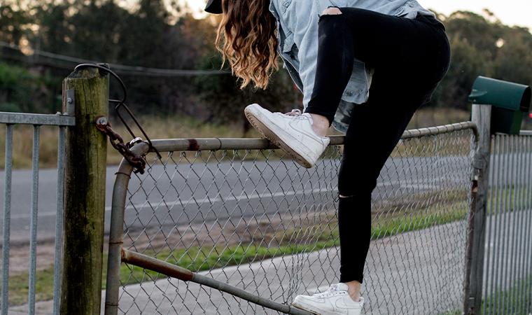 白スニーカーを履いた女性
