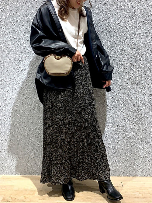 白Tシャツ × レザージャケット × 黒アニマル柄プリーツスカート × ブーツ
