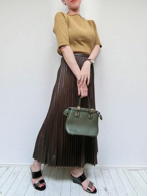 カットソー × 黒プリーツスカート × サンダル