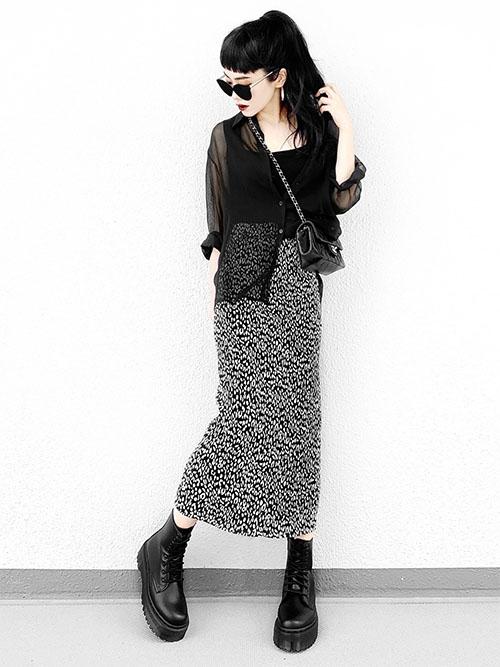 黒タンクトップ × 黒シーアシャツ × レオパード柄プリーツスカート × ブーツ