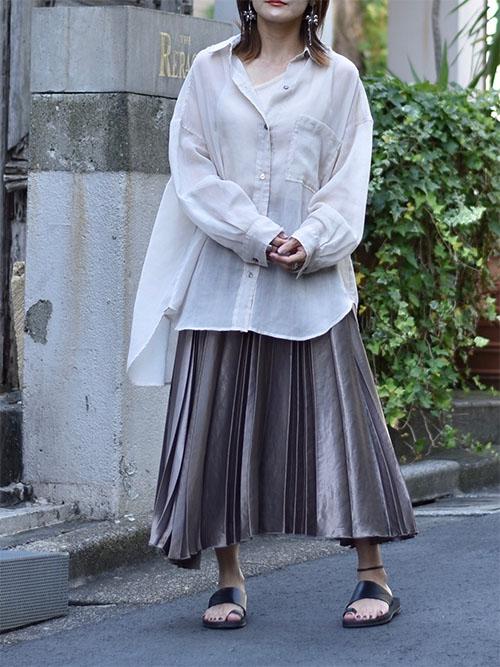 白シーアシャツ × サテンプリーツスカート × サンダル