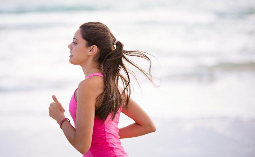 スポーツウェアを着て走る女性