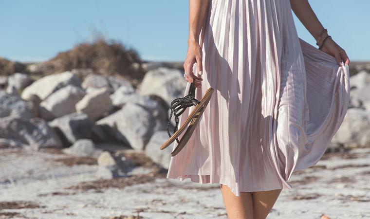 プリーツスカートを履いた女性