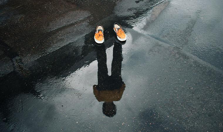 水たまりの上のスニーカー