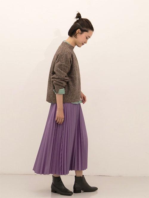ニット × 紫プリーツスカート × ショートブーツ