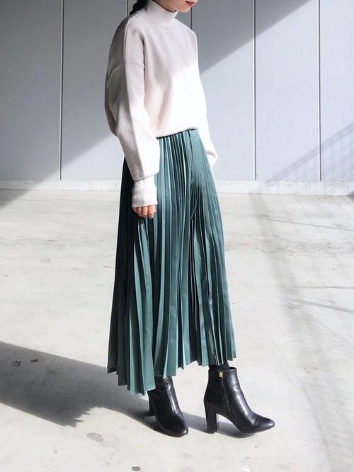 緑スカート × 黒ショートブーツ