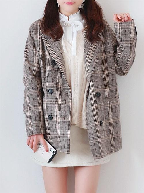 白ブラウス × 白ニットベスト × チェックジャケット × 白ミニスカート