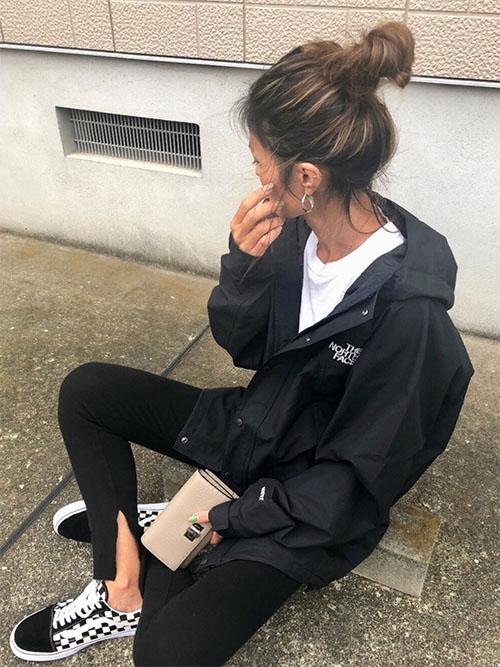 黒マウンテンパーカー × 白Tシャツ × 黒パンツ × スニーカー