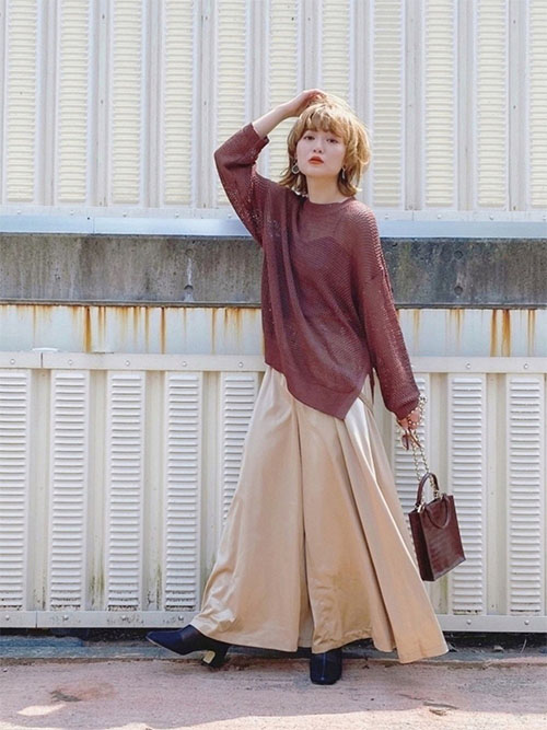 ブラウンニット × ベージュスカート