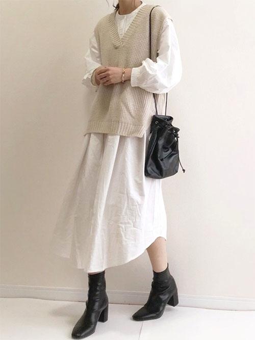 白コーデ × 黒ブーツ