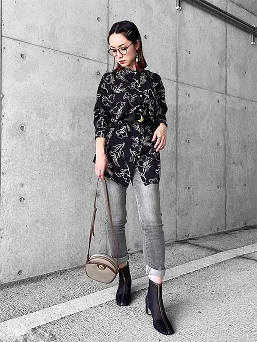 黒花柄シャツ × グレーデニム
