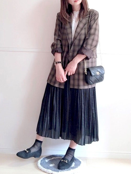 チェックジャケット × 黒スカート × フラットシューズ