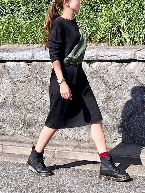 黒ワンピース × 黒ショートブーツ × 赤ソックス