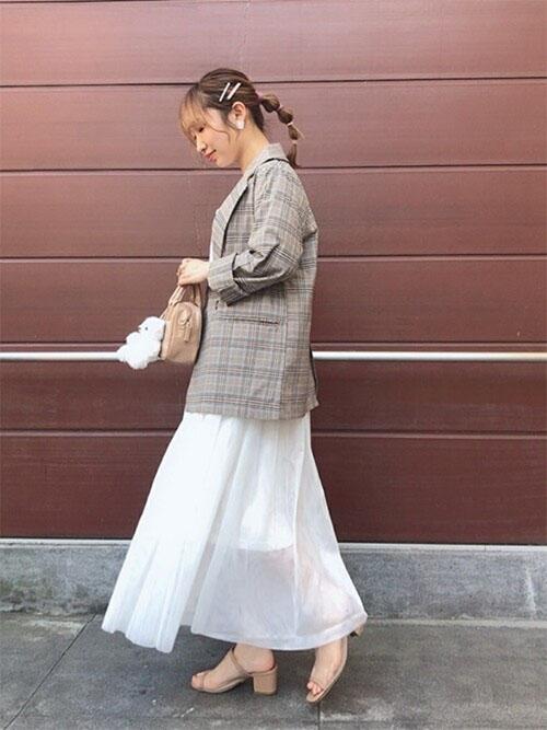チェックジャケット × 白ロングスカート × サンダル