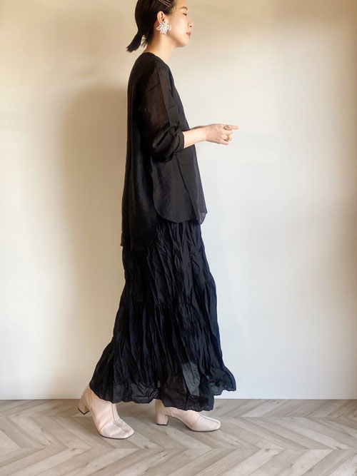 黒シーアシャツ × 黒シワ加工サテンスカート × Neunaブーツ(ベージュ)