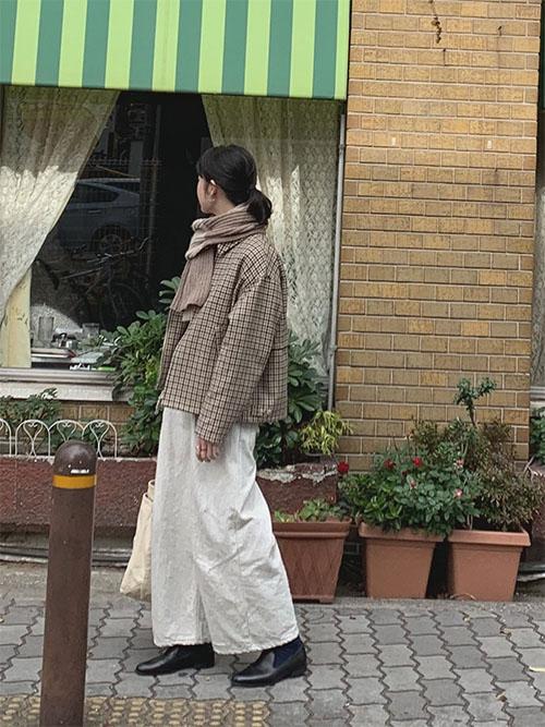 マフラー × チェックジャケット × 白ワイドパンツ × 黒レザースリッポン
