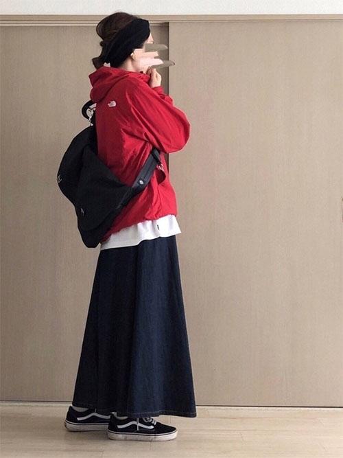 赤マウンテンパーカー × 黒スカート × 黒スニーカー