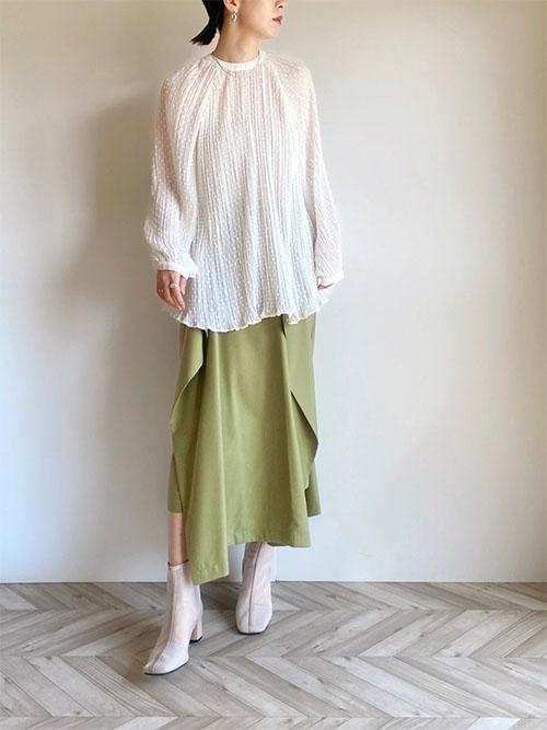 白スモークトップス × グリーンスカート × Neuna白ブーツ