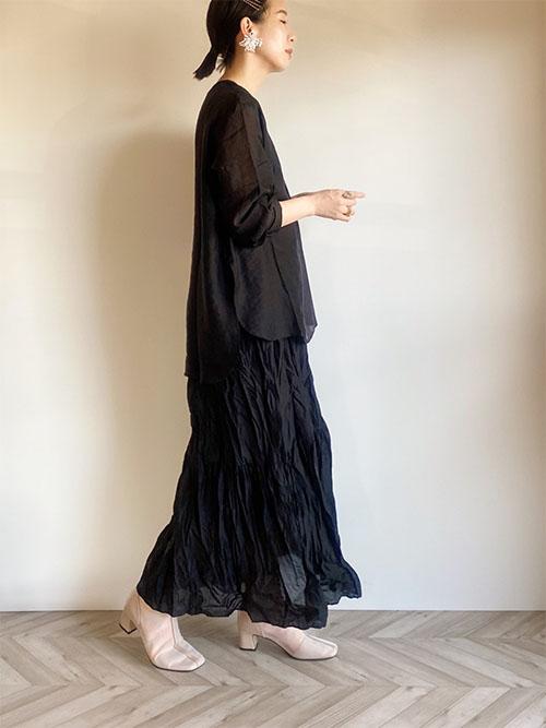 黒コーデ × 白ショートブーツ
